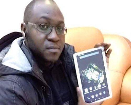 1110-41584-un-jeune-gabonais-fabrique-des-tablettes-performantes-a-partir-de-composants-de-telephones-defectueux_l