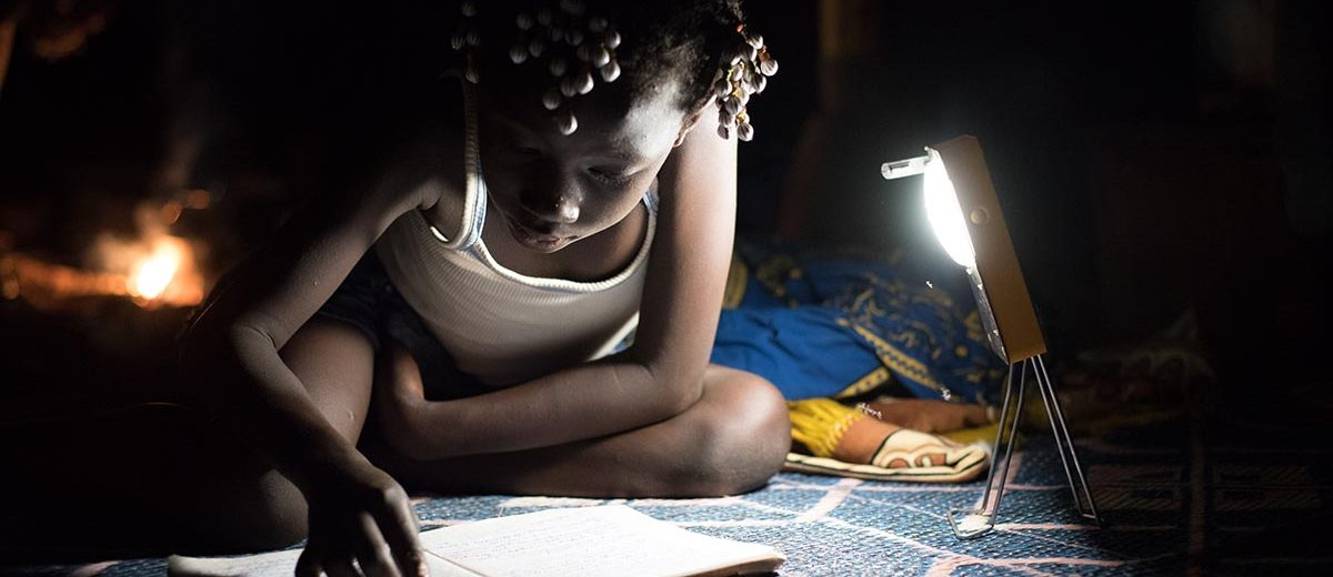 LAGAZEL: Lighting everywhere / La lumière partout et pour tous. Lagazel, nouvelle start-up sociale pour l'électrification solaire en Afrique Lagazel : 1 million de lampes solaires produites et vendues en Afrique d'ici 2020 Lagazel, l'énergie solaire nouvelle génération made in Africa. LAGAZEL : une start-up technologique ET sociale Créée en 2015, LAGAZEL est la première start-up produisant des lampes solaires dans des ateliers de fabrication proches des clients finaux dans le but de répondre aux besoins des 650 millions d'africains qui n'ont pas accès à l'électricité. Regroupant un staff parmi le plus expérimenté du secteur solaire africain, LAGAZEL est une jeune entreprise dont l'offre se démarque clairement de ses concurrents qui produisent majoritairement en Asie. Avec des modèles de lampes variant de 10€ à 30€, les produits LAGAZEL sont accessibles, tout en assurant une qualité inégalée jusqu'alors : les lampes sont métalliques, robustes, étanches, garanties 2 ans avec service après-vente de haute qualité.  Avec   d'un   côté   des   besoins   en   électricité   bas-carbone   immenses   en   Afrique,   de   l'autre   la disponibilité   locale   d'une   lumière   solaire   gratuite   transformable   en   électricité   à   des   coûts décroissants, et enfin un manque cruel de solution de produits solaires de qualité actuellement sur le marché, les lampes solaires LAGAZEL ont tout pour devenir une nouvelle success story du social business.